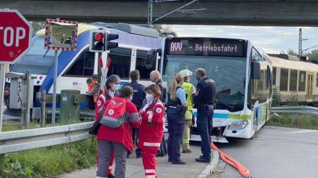 Einsatzkräfte stehen an der Unfallstelle an einem Bahnübergang im Kreis Aichach-Friedberg.