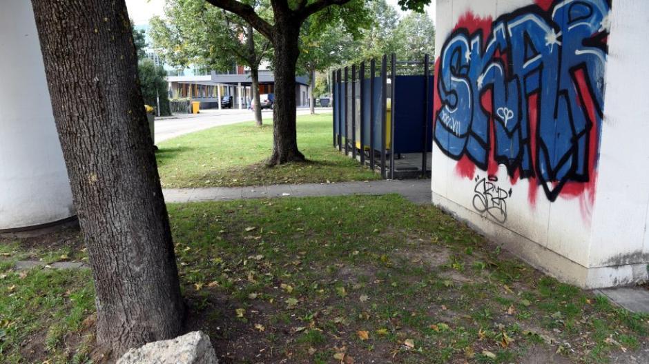An dieser Stelle im Augsburger Stadtteil Oberhausen ist der 19-Jährige Augenzeugen zufolge schwer verletzt zusammengebrochen. Ein 16-Jähriger steht dafür nun vor Gericht.