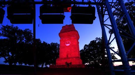 Hier ist der Steppacher Bismarckturm rot angestrahlt, um auf die Situation der Veranstaltungsbranche aufmerksam zu machen.