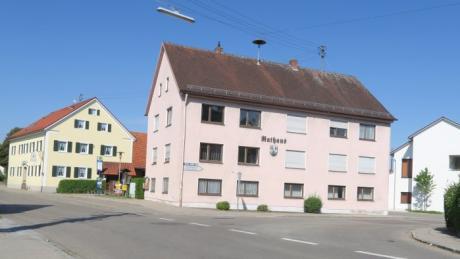 Das Rathaus in Todtenweis hat schon bessere Zeiten gesehen. Die Gemeinderäte sind sich einig: Es muss etwas passieren, das Verwaltungsgebäude soll saniert werden.