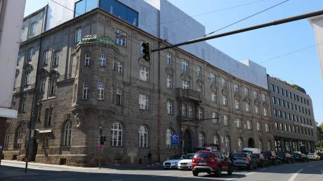 Seit einigen Monaten sitzen mehrere städtische Ämter in den unteren Stockwerken der nach mehr als zwei Jahren Bauarbeiten sanierten ehemaligen Grottenaupost in Augsburg.