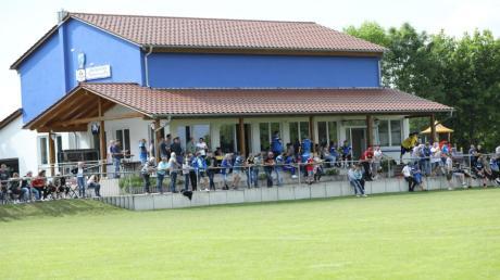 Der FC Igenhausen (im Bild das Sportheim  Inghauser Alm in Vor-Corona-Zeiten), der SV Schwarzlachtaler Igenhausen und der TSV Hollenbach wollen investieren. Dabei hilft ihnen die Gemeinde.