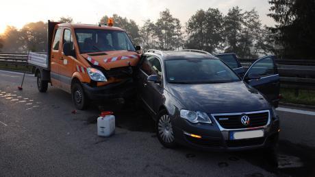 Die Fahrerin des schwarzen Kombis konnte einem Verkehrsrowdy auf der A96 bei Erkheim gerade noch ausweichen, aber ein Kleintransporter fuhr ihr hinten auf und verletzte sie schwer.