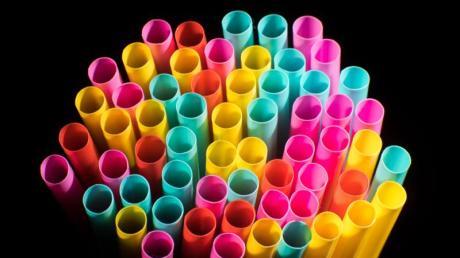 Wegwerfprodukte, wie Trinkhalme aus Plastik, sollen ab Mitte 2021 nicht mehr verkauft werden dürfen.