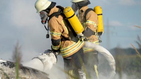 Zwei Feuerwehrmänner bekämpfen einen Brand mit Löschschaum. Bei solchen Einsätzen versickerte der Schaum manchmal im Boden. Mit ihm die Per- und polyfluorierte Chemikalien.