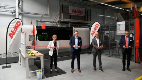 Bürgermeisterin Sabine Ertle, Landrat Hans Reichhart, Harald Hiller President & CEO Alko Vehicle Technology Group und Alex Waser President & CEO Bystronik Laser AG (von links) bei der symbolischen Inbetriebnahme der beiden Fiber-Laserschneidanlagen.