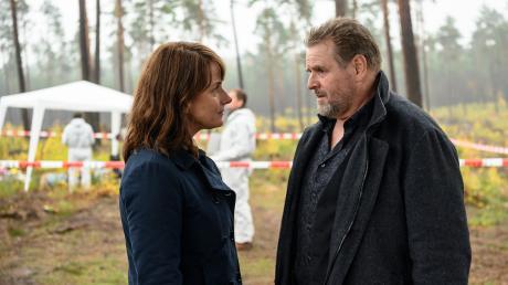 """Lemp (Felix Vörtler) erscheint geschockt am Tatort und erfährt von Brasch (Claudia Michelsen) von dem Mord an Jessica. Szene aus dem """"Polizeiruf 110: Tod einer Toten""""."""