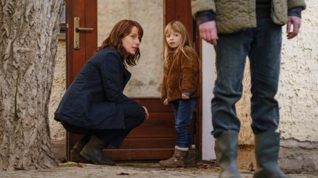 """Die kleine Marie (Madeleine Tanfal) und Kommissarin Doreen Brasch (Claudia Michelsen): Szene aus dem """"Polizeiruf 110: Tod einer Toten"""", der gestern im Ersten lief."""