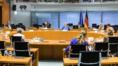 Kanzlerin Angela Merkel (M) hat geladen, um über die Lage an den Schulen in Zeiten von Corona zu beraten.