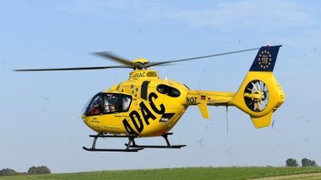 Mit einem Rettungshubschrauber ist ein verletzter Motorradfahrer in Krankenhaus nach Augsburg geflogen worden.