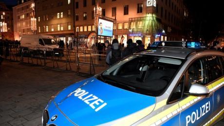 """Nach dem tödlichen Schlag am Königsplatz im Dezember vergangenen Jahres kam es in Augsburg zu einer Veranstaltung der rechtsextremen """"Pegida"""" und zu einer Gegendemonstration."""