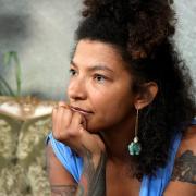 Stadträtin Lisa McQueen wird in einem Kommentar auf Facebook von der AfD angegriffen. Ihre Qualifikation als OB-Kandidatin sei ihre Hautfarbe und ihr Geschlecht gewesen, heißt es darin.