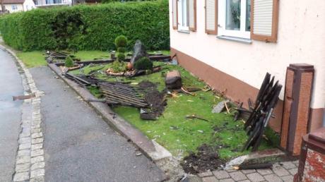 Einen enormen Schaden hat ein Golf-Fahrer in der Nacht zum Freitag in Gebenhofen angerichtet. Der Wagen ist durch den Zaun samt betoniertem Sockel und Posten gebrochen.