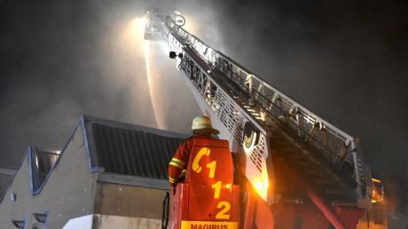 Feuerwehren aus Hiltenfingen, Langerringen, Schwabegg, Bobingen und Schwabmünchen löschten den Großbrand in Hiltenfingen.