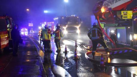 Die Feuerwehren aus Hiltenfingen, Langerringen, Schwabegg, Bobingen und Schwabmünchen waren beim Brand im Einsatz.