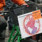 Die Klimaschützerdemo von Fridays for Future trotzte auf Zweirädern und zu Fuß dem schlechten Wetter.