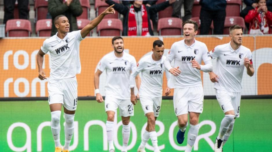 Felix Uduokhai von Augsburg jubelt über seinen Treffer zum 1:0.