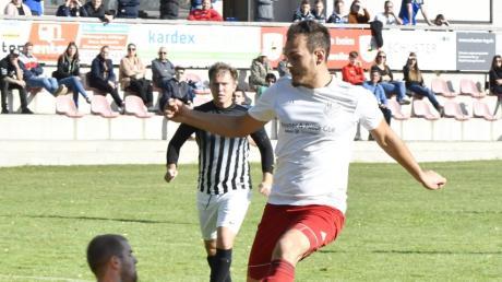 Ismail Bülbül (rechts) macht den Deckel drauf: Mit 2:0 besiegt der TSV Offingen die SpVgg Wiesenbach um Keeper Tobias Konrad.