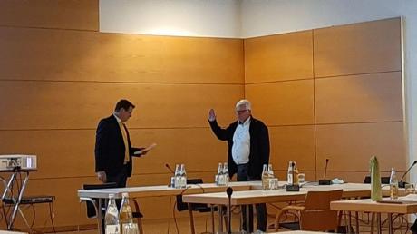 Roland Woppmann vereidigt Manfred Bock als neuen Gemeinderat von Aystetten.