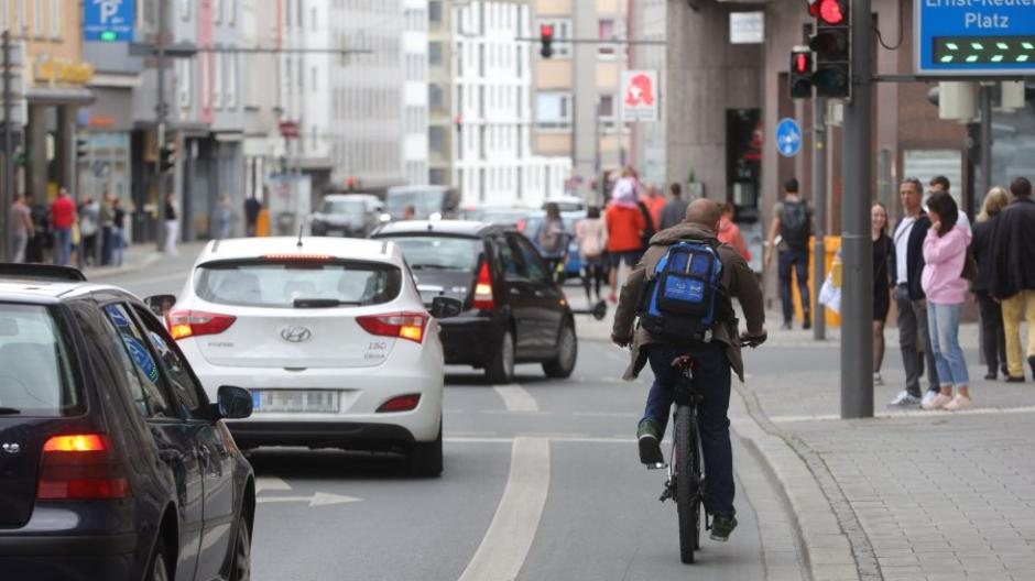 Radfahrer auf dem Radweg in der Grottenau - die Achse ist ein Unfallschwerpunkt.
