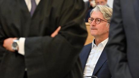 Der angeklagte Ex-Audi-Chef Rupert Stadler (links, mit Rucksack) kam um 9.13 Uhr beim Gericht an.