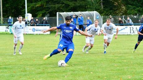 Neuzugang Ugur Kiral verwandelt diesen Strafstoß zum 2:2-Endstand. Am Ende war der Punktgewinn für den SC Ichenhausen verdient.