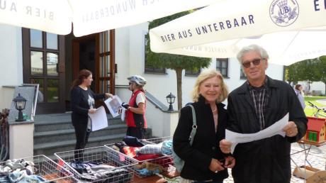 Irmgard und Reinhard Piaszek steuerten zuerst den Stand von Petra Schmidbaur im Hintergrund, links vor dem Bürgerhaus in Allmannshofen, an. Mit einem Plan in Händen machten sie sich auf, um den Stöberlmarkt im Ort zu erkunden.
