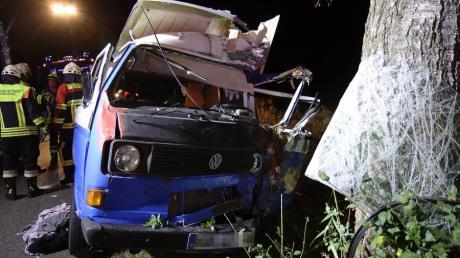 Ein 31-Jähriger ist mit seinem Auto gegen einen Baum geprallt. Die Feuerwehr konnte den Mann lebend befreien, seine Verletzungen sind aber schwer.