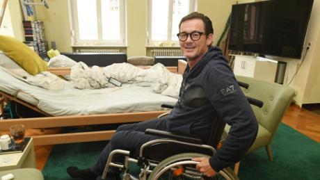 Harry Winderl kann sich derzeit in seiner Wohnung nur mit Rollstuhl fortbewegen. In seinem Wohnzimmer steht nun ein Krankenbett.
