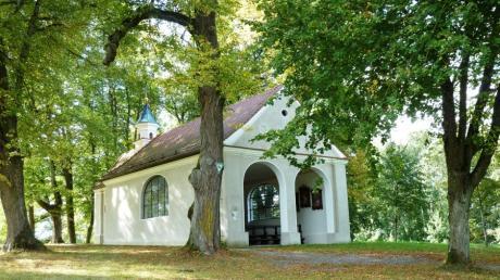 Im Herbst macht das viele Laub der alten Linden der Herrgottsruhkapelle bei Mickhausen zu schaffen: Im Nu sind die Dachrinnen verstopft.