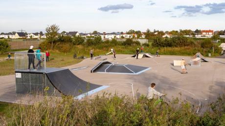 Zahlreiche Jugendliche tummeln sich auf der, mit neuen Elementen versehenen, Skateranlage in Lagerlechfeld.