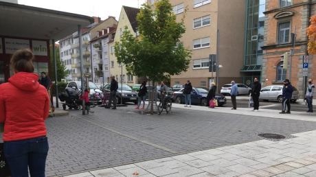 Eine lange Schlage vor der Neu-Ulmer Post. Für manchen ist sie zum Dauerärgernis geworden.