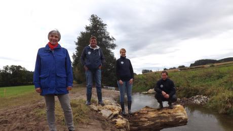Viktoria Kobel (IBF Umwelt), Margit Jungwirth-Karl, Günter Schuster und Thomas Lechner freuen sich über die gelungene Renaturierung der Neufnach bei Walkertshofen.
