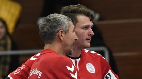 Der Günzburger Torwart Patrick Rösch (hier im Gespräch mit seinem Trainer Gábor Czakó) verletzte sich in Pforzheim und musste ins Krankenhaus.
