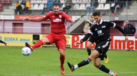 Der TSV Rain (mit Marko Cosic, links) hat sich mit dem Sieg gegen den FC Memmingen Luft im Kampf um den Klassenerhalt in der Regionalliga Bayern verschafft.
