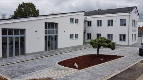 Das neue Rathaus in Eurasburg beherbergt neben der Gemeindeverwaltung auch die Pfarrverwaltung, einen eigenen Jugendraum und eine Tiefgarage mit 22 Stellplätzen.