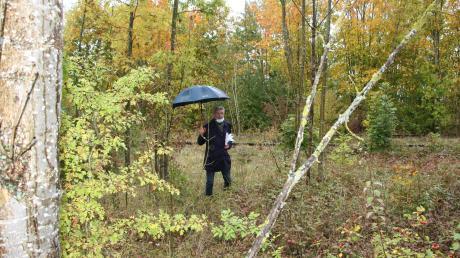 Bürgermeister Rudolf Schneider zeigt hier die Grenze zum Bahngebiet, an der ein Zaun gebaut werden muss.