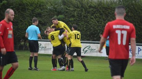 Überschwänglich feierten die Spieler des TSV Gersthofen den 2:0-Sieg im Spitzenspiel, der die Lechstädter einen großen Schritt der Landesliga näher gebracht hat. Die Bubesheimer Enttäuschung ist sichtbar.