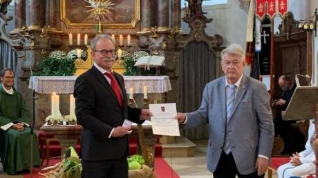 Die Dankurkunde des Verbandes der Sudetendeutschen Landsmannschaft Deutschlands erhielt Bürgermeister Manfred Nerlinger (links) von Kreisobmann Kurt Aue.