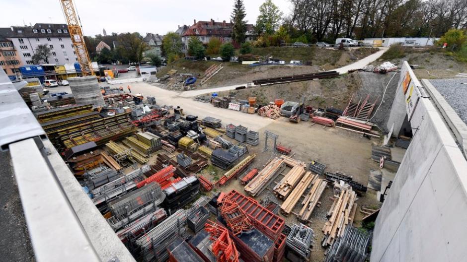 Dieses Bild zeigt den Ausgang des Bahnhofstunnels zum Sebastian-Buchegger-Platz. Die Bauarbeiten für den Tunnel liegen im Zeitplan.