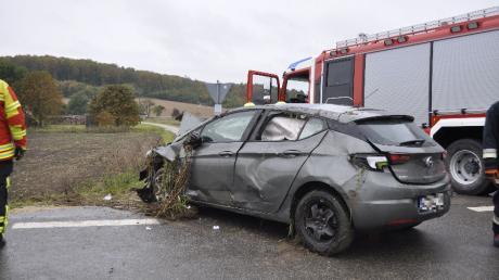 Der graue Opel des 28-Jährigen musste die Feuerwehr aus dem Straßengraben bei Fünfstetten bergen.