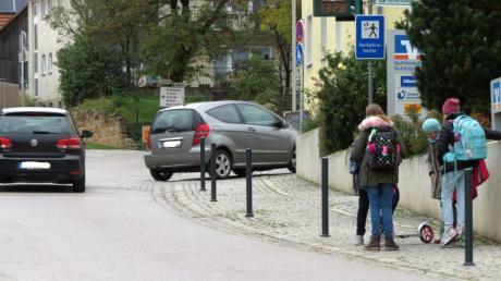 Fünf Poller sind jetzt an der Hauptstraße in Rehling im Bereich des Bankgebäudes installiert, um die Fußgänger dort zu schützen.