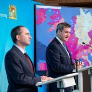 Markus Söder informiert mit seinem Stellvertreter Hubert Aiwanger (FW) über die Kabinettssitzung.