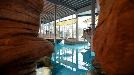 Der Durchgang zum großen warmen Becken in der Titania-Therme: Besucher müssen auch dort auf Abstand achten.