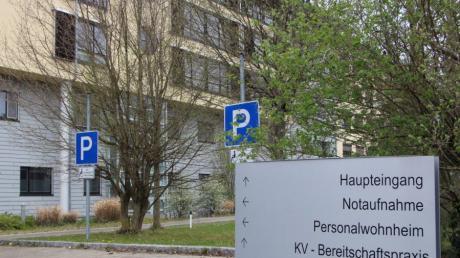 Ab Samstag ist der Zugang zu den Kliniken an der Paar - hier das Krankenhaus Friedberg - wegen der zunehmenden Zahl an Corona-Fällen im Kreis Aichach-Friedberg wieder eingeschränkt.