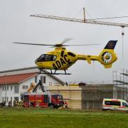 Auf einer Baustelle in Denklingen ist am Freitagvormittag ein Gerüst eingestürzt. Mehrere Arbeiter wurden verschüttet, vier von ihnen sind tot.
