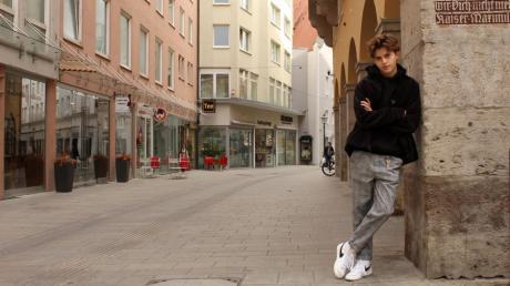 Simon Lukas Zeller aus Augsburg hat eine Leidenschaft: Das Tanzen und die Musik. Gerade spielt er bei der Serie Spotlight mit.