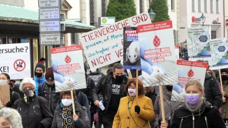 Am Samstagnachmittag gingen rund 250 Menschen in Augsburg gegen ein geplantes Tierversuchslabor auf die Straße.