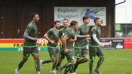 FC Stätzling gegen SC Bubesheim: Maximilian Heiß jubelt mit seinen Teamkameraden über sein Tor.