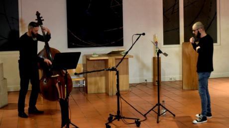 Joseph Warner am Kontrabass und Sänger Elias Wolf lassen eine Stunde im Flug vergehen.